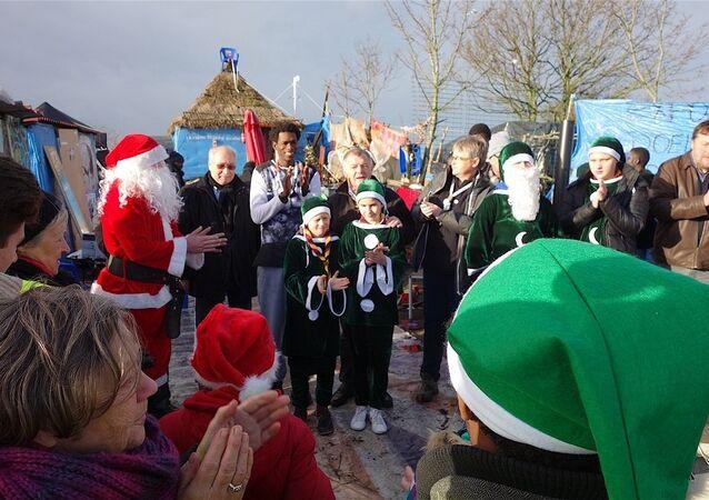 Migrants à Calais : le Secours Populaire offre des cadeaux de Noël dans la Jungle