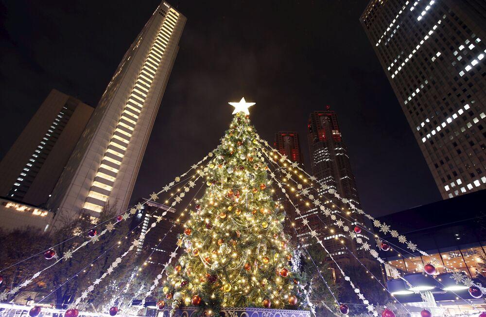 Le sapin de Noël devant lу siège du gouvernement métropolitain de Tokyo dans le quartier de Nishi Shinjuku