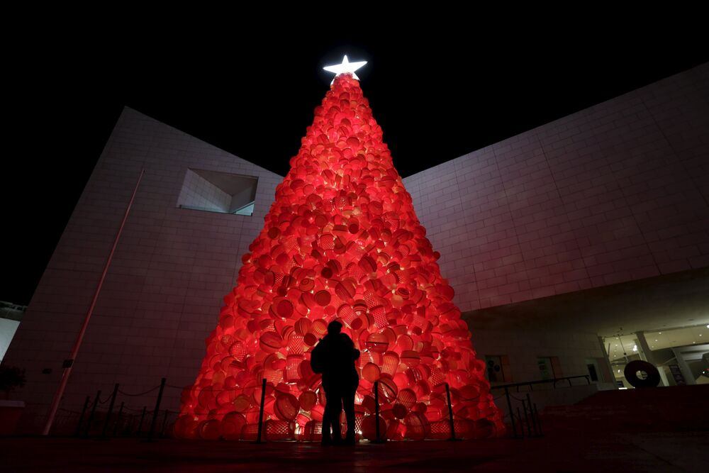 Le sapin de Noël fait de conteneurs en plastique devant l'entrée du Musée d'Histoire à Monterrey, Mexique