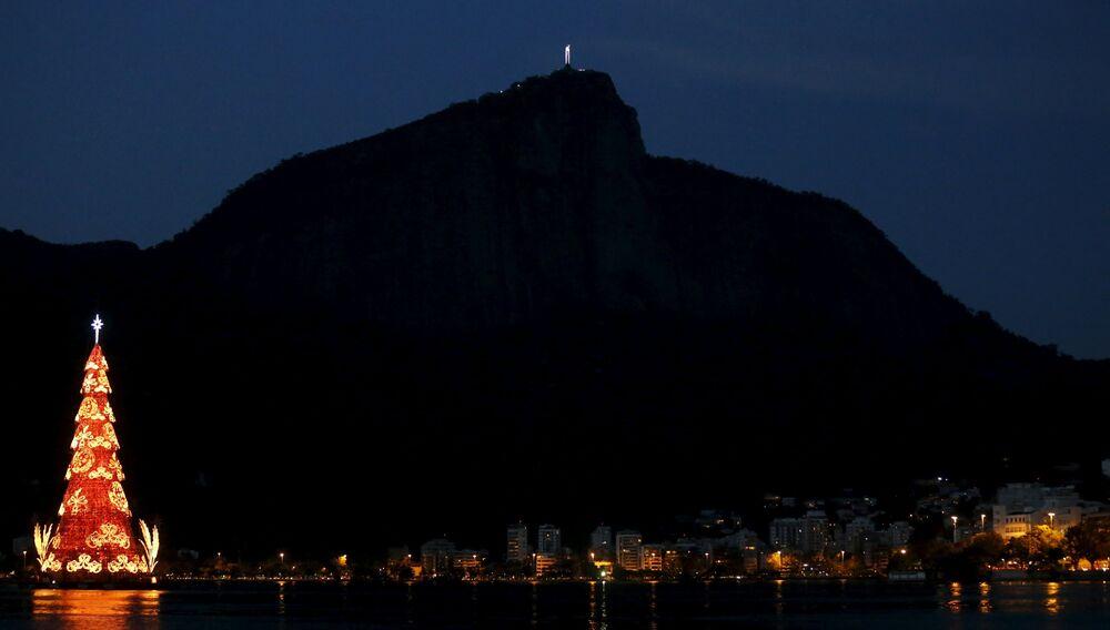 Le sapin de Noël dans le lac Rodrigo de Freitas à Rio de Janeiro, Brésil