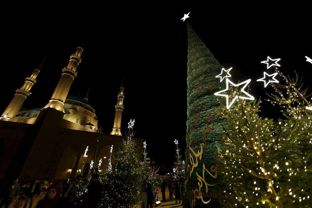 Le sapin créé par le couturier libanais Elie Saab près du mosque Mohammed Al-Amin à Liban