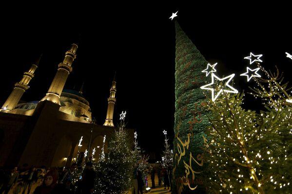 Le sapin créé par le couturier libanais Elie Saab près du mosque Mohammed Al-Amin à Liban - Sputnik France