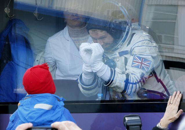 Astronaute britannique Tim Peake et son enfant