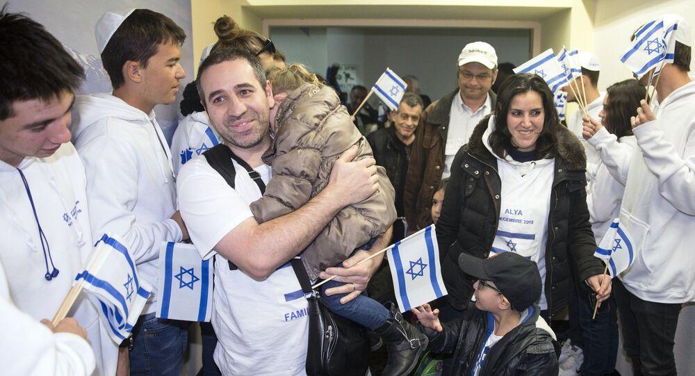 Juifs de France sont salués par les Israéliens à l'aéroport International Ben Gurion, le 8 décembre 2015