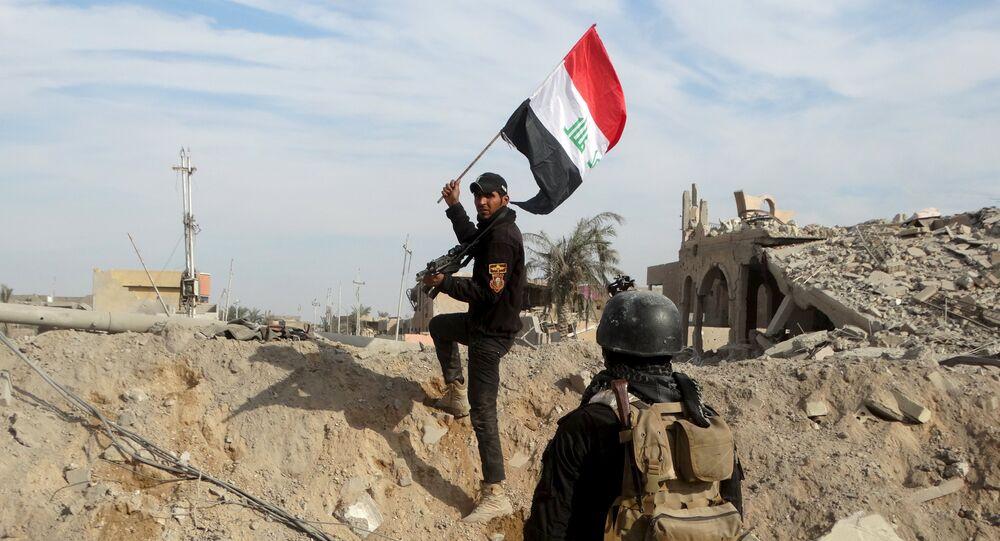 Le drapeau irakien dans les mains d'un membre des forces de sécuruté irakiennes à Ramadi