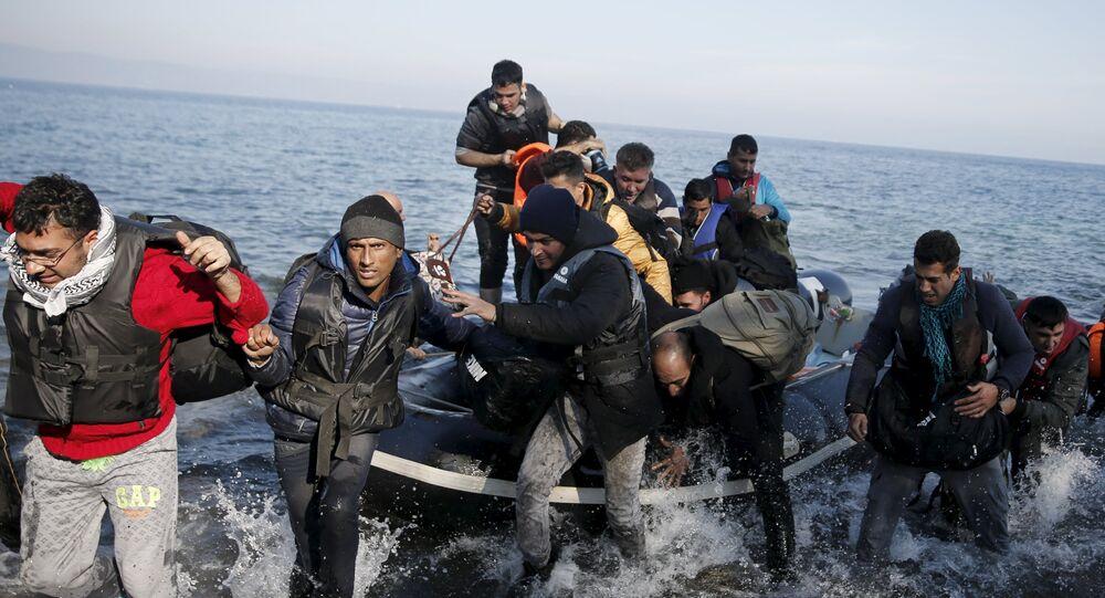 Bateau avec des réfugiés arrive sur l'île grecque. Archive photo