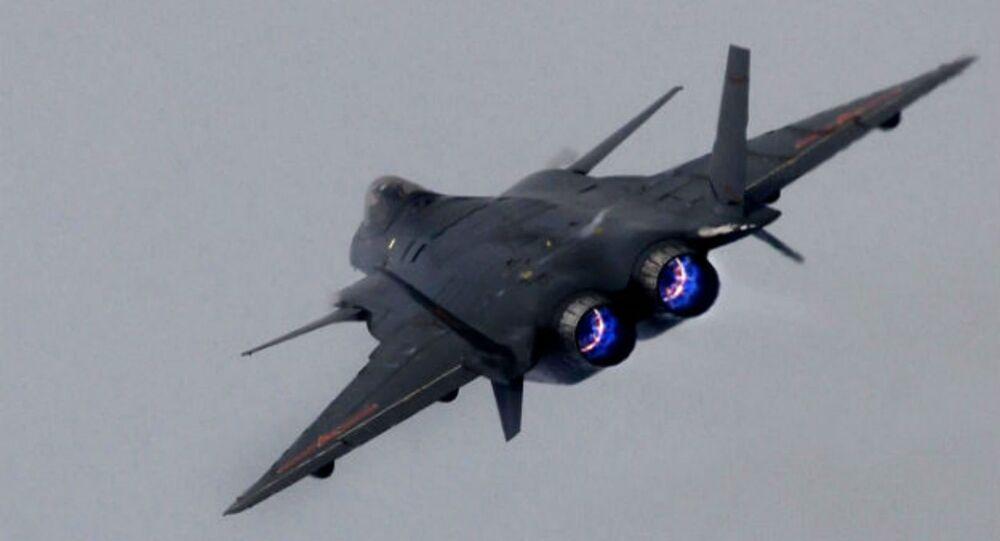 Le nouvel avion chinois furtif J-20 décolle