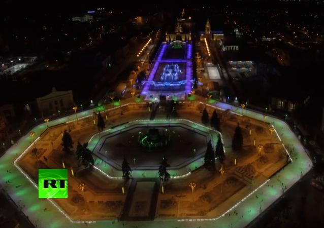 La patinoire de Moscou est décorée pour Noël