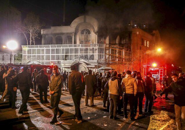 Protestataires iraniens rassemblés devant l'ambassade d'Arabie saoudite à Téhéran