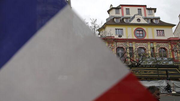 Un drapeau français devant la salle de concert de Bataclan à Paris - Sputnik France