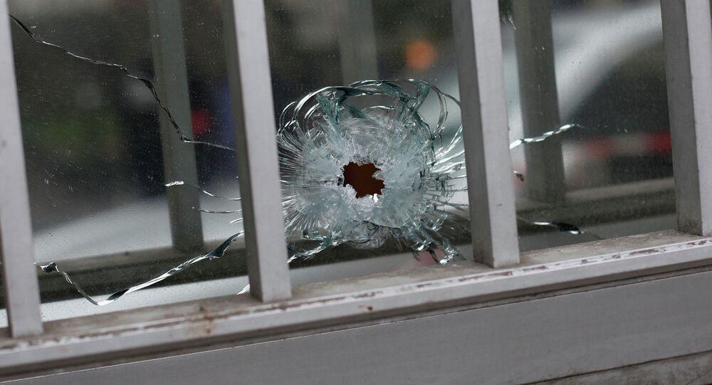 Une fenêtre percée par une balle près du siège de Charlie Hebdo à Paris