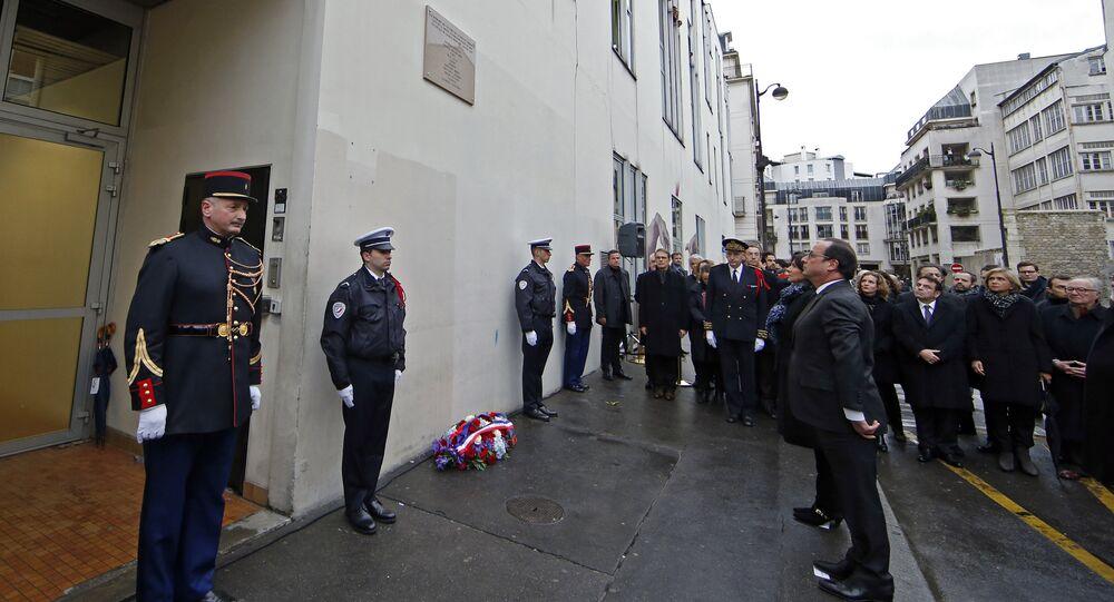 Une plaque en mémoire des victimes de Charlie Hebdo à Paris