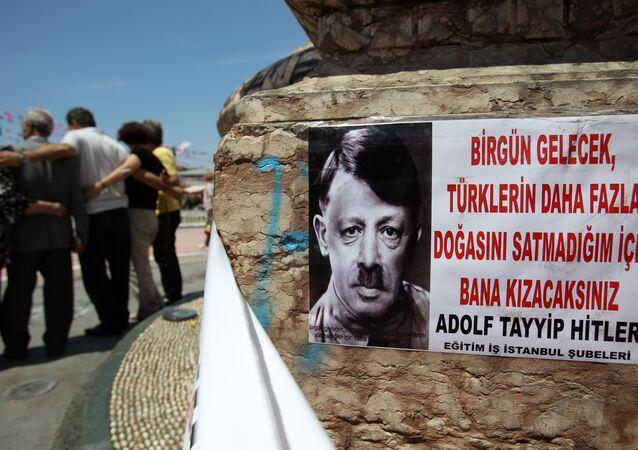 Une représentation du Premier ministre turc Recep Tayyip Erdogan comme dirigeant nazi Adolf Hitler