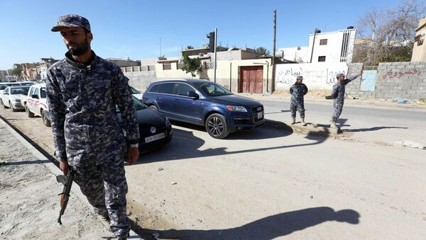 Libyan police officers set up checkpoints in the Libyan capital Tripoli on January 25, 2015 as clashes continue in the west and east of the country - Sputnik France