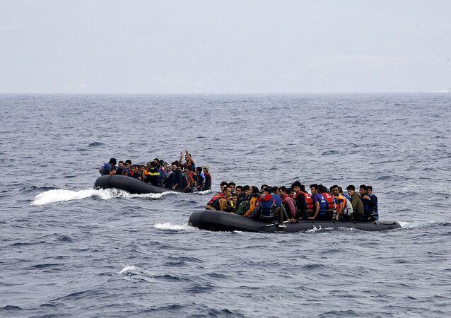 Des réfugiés syriens arrivent  sur l'île grecque de Lesbos, le 22 septembre 2015