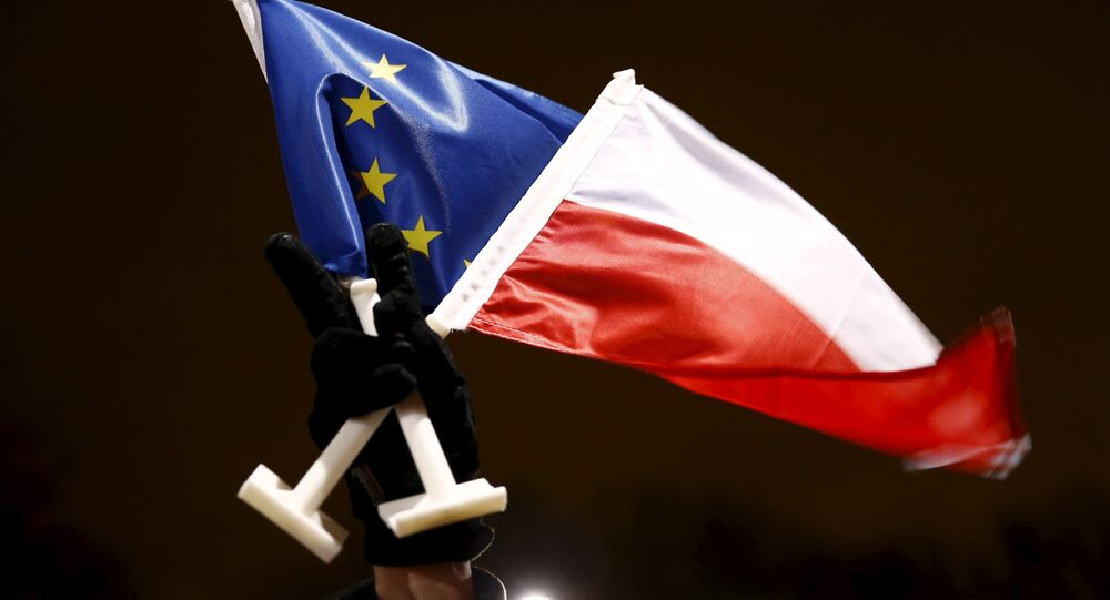 Les drapeaux de la Pologne et de l'UE