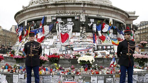 Des membres de la Garde républicaine, place de la République à Paris, pour un hommage aux victimes des attentats de janvier 2015 - Sputnik France