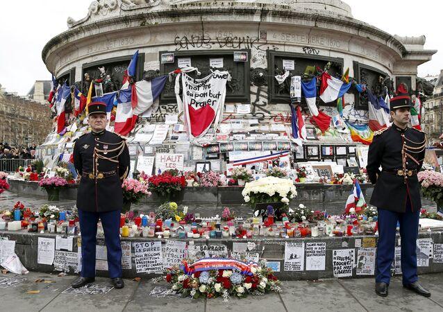 Un hommage officiel et populaire, en présence de François Hollande et d'une assistance peu nombreuse mais grave, a été rendu  place de la République aux victimes des attentats de janvier 2015.