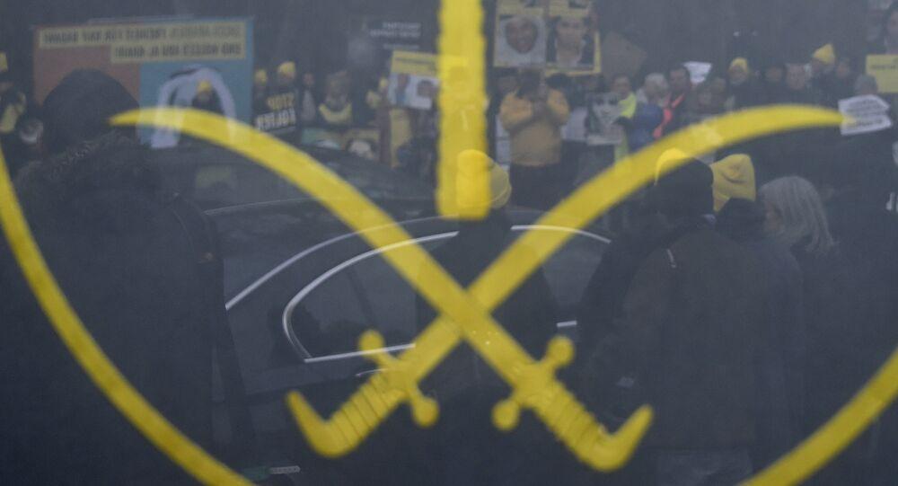 Les militants des ONG derrière l'emblème de l'Arabie Saoudite