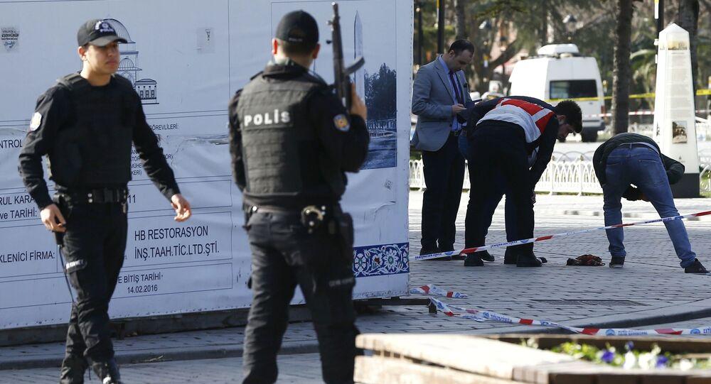 Des policiers turcs sur les lieux de l'explosion à Istanbul le 12 janvier 2016