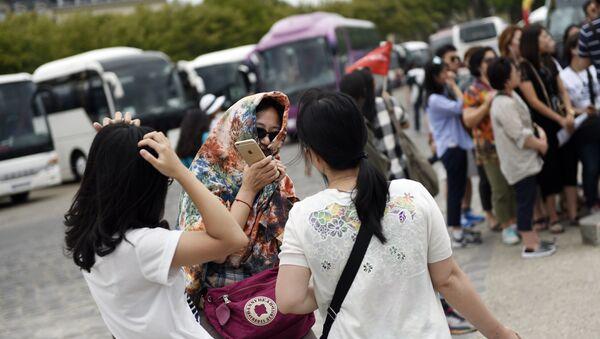 Des touristes chinois en France. Image d'illustration - Sputnik France