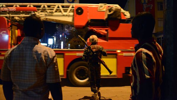 Burkina Faso's soldier stands near Hotel Splendid where the attackers remain with sporadic gunfire continuing in Burkina Faso's capital Ouagadougou on January 15, 2016. - Sputnik France