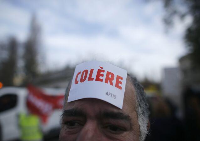manifestants porte un autocollant colère, la grève contre le chômage, Paris