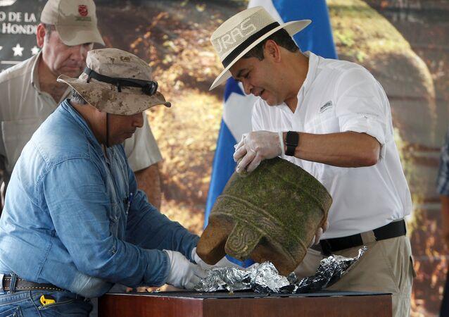 Un groupe d'archéologues a entamé des fouilles sur l'emplacement d'une ville ancienne découverte dans la jungle du Honduras