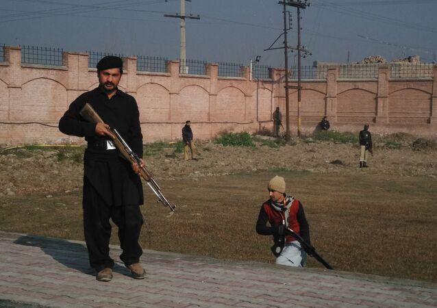 le personnel de sécurité pakistanaises à l'extérieur de l'université Bacha Khan