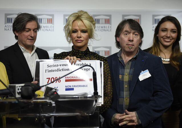 Pamela Anderson charge contre le foie gras