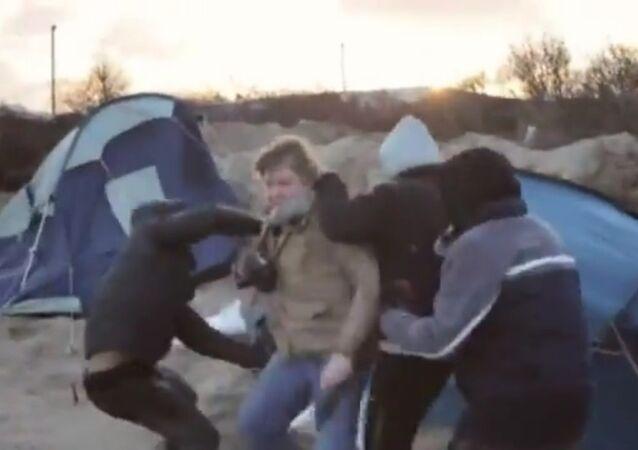 Calais : des journalistes attaqués par des réfugiés
