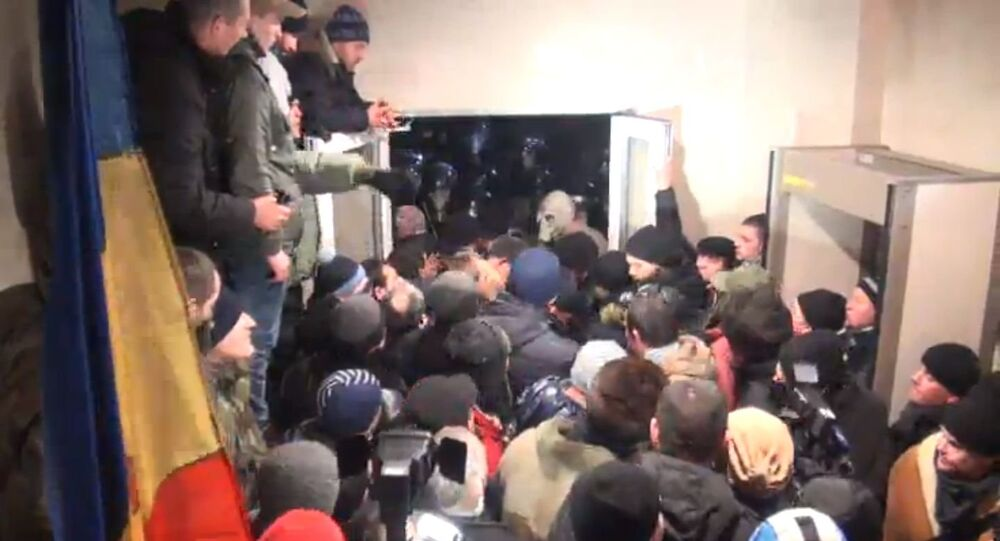 Les manifestants font irruption au siège du parlement moldave