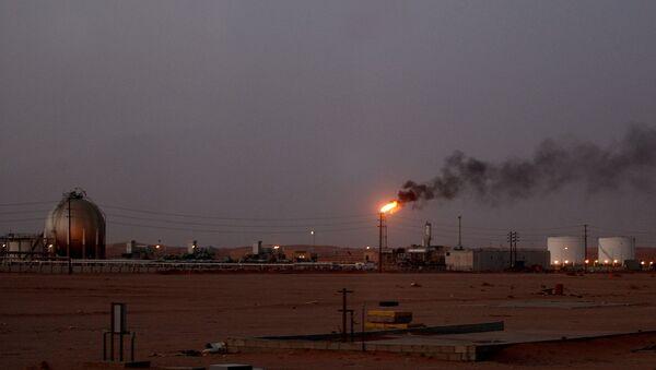 Une flamme d'une installation pétrolière de Saudi Aramco (la compagnie pétrolière nationale) appelée Pump 3 brûle brillamment au coucher du soleil dans le désert saoudien près de la zone riche en pétrole Al-Khurais, 160 km à l'est de la capitale Riyad - Sputnik France