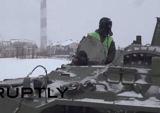 Un BTR-80 aide un camion à se débloquer de la neige