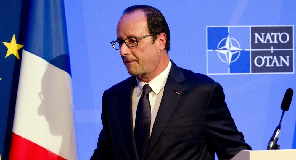 Une ombre du président François Hollande de la France est jeté sur un drapeau comme il laisse une conférence de presse sur la deuxième journée du sommet de l'OTAN 2014 au Celtic Manor Resort à Newport, au Pays de Galles du Sud, le 5 Septembre, 2014