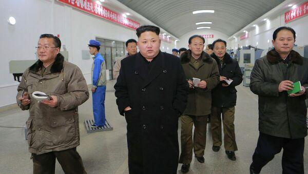 Le dirigeant nord-coréen Kim Jong Un (C) visite l'usine de machine de précision Kangdong, publié par l'Agence centrale de presse de la Corée du Nord (KCNA) à Pyongyang 16 Janvier, ici à 2015 - Sputnik France
