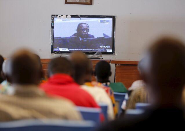 Des partisans d'ancien président de la Côte d'Ivoire Laurent Gbagbo regardent son procès à la télé, Jan. 28, 2016.