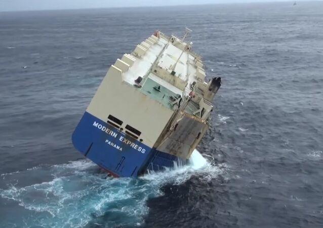 Le cargo Modern Express, à la dérive, avec 50° de gîte