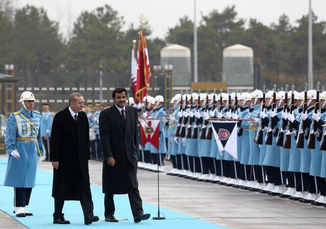 Le président turc Recep Tayyip Erdogan et l'émir du Qatar Sheikh Tamim bin Hamad Al-Thani, à droite, inspectent une garde d'honneur militaire dans le nouveau palais présidentiel à Ankara, Turquie, vendredi 19 décembre 2014.