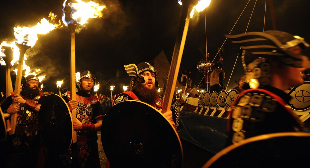 procession de personnes déguisées en Vikings