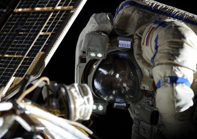 Les cosmonautes russes de l'ISS sortent dans l'espace