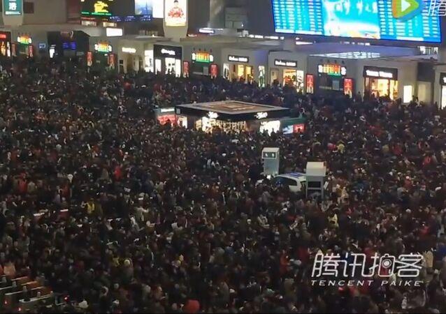 Des passagers en Chine pris au piège dans la gare