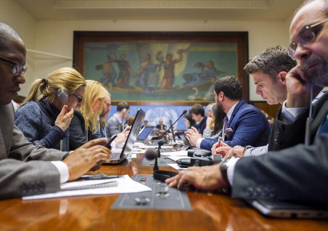 Pourparlers intersyriens à Genève. Journalistes assistent à un briefing