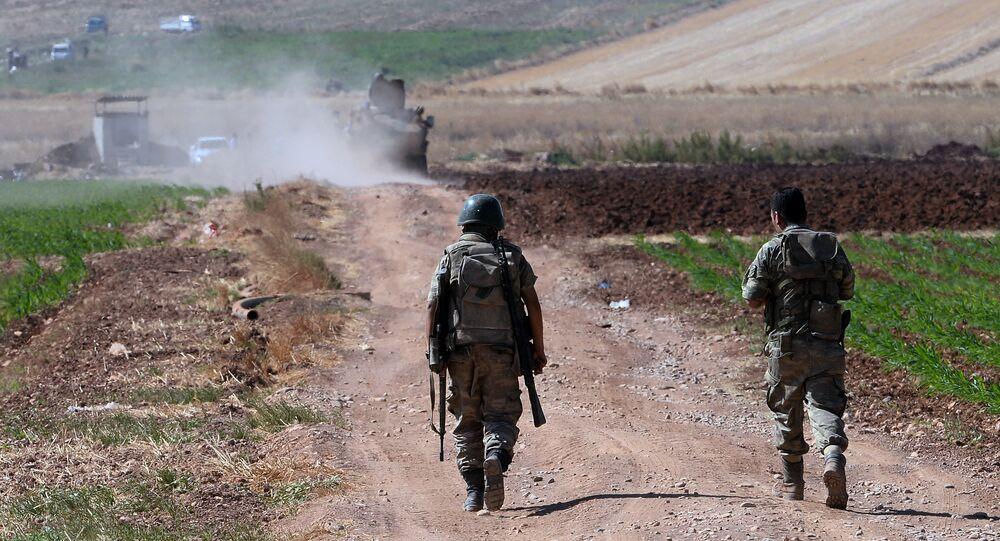 Soldats turcs en patrouille à la frontière syrienne