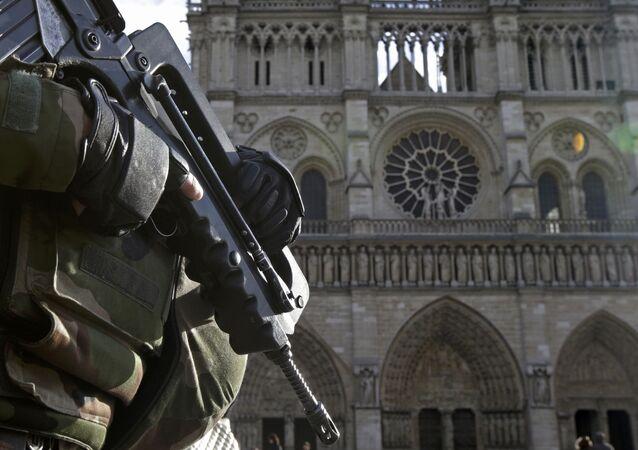 Un soldat français devant la cathédrale Notre-Dame de Paris