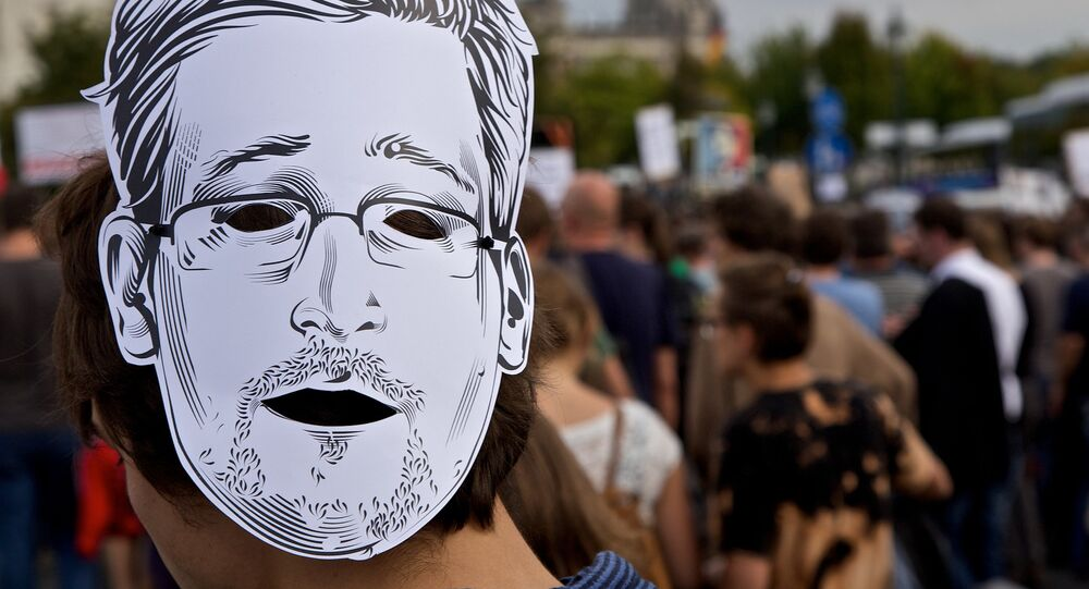 Edward Snowden, le masque