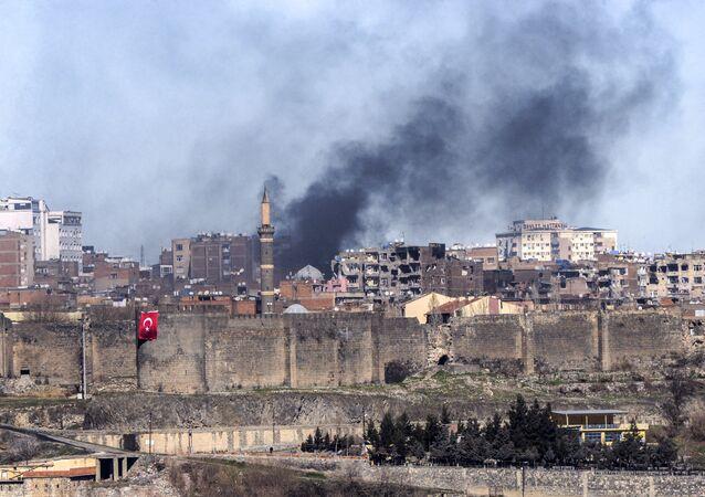Une photo prise le 3 février 2016 montre des fumées enveloppant le quartier de Sur, à Diyarbakir, après des affrontements entre l'armée turque et les milices kurdes