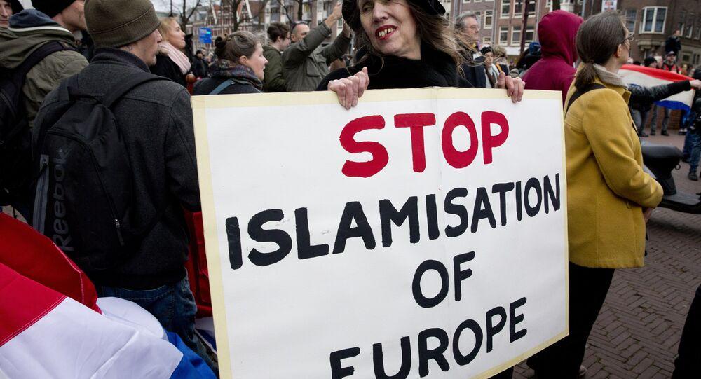 Une femme tenant une pancarte lors d'une manifestation de Pegida à Amsterdam.