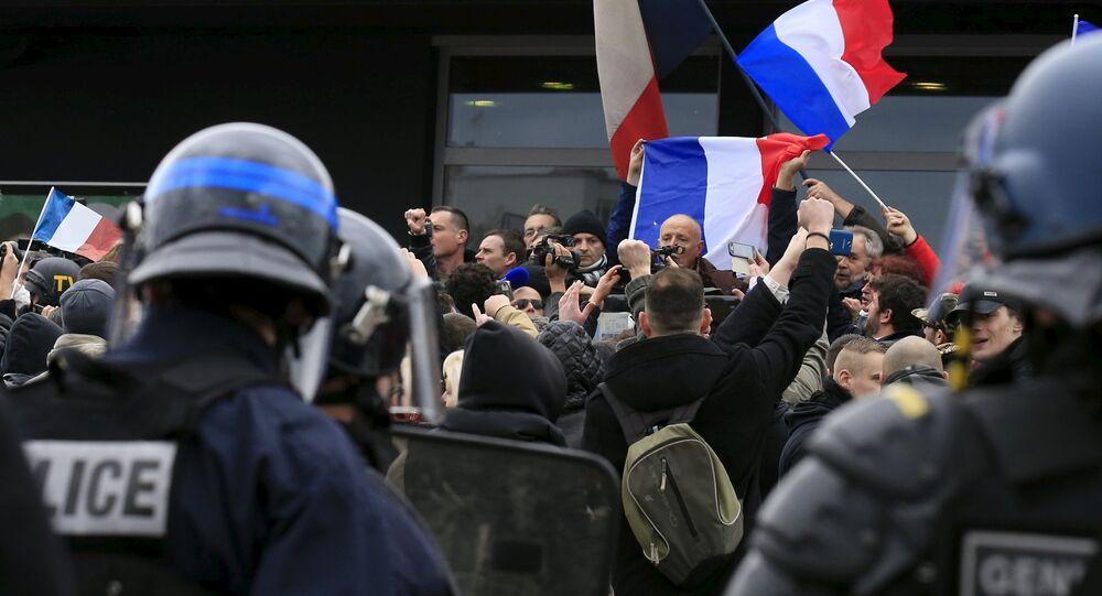 Les manifestants contre les migrants crient des slogans tandis que le général en retraite français Christian Piquemal fait un discours lors d'une manifestation organisée par le groupe PEGIDA, à Calais, France