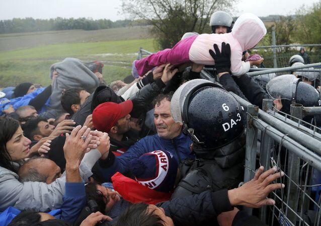 Des migrants à la frontière entre la Croatie et la Solovénie.